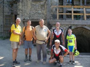 členovia klubu s kastelánom hradu