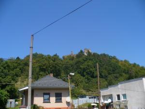 pohľad na hrad z dediny Sedliska