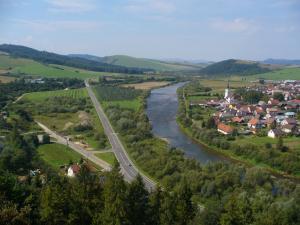 pohľad na dedinu Plavnica z hradu Plaveč