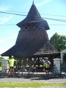 P1160715--Male Ozorovce - zvonica zo 16.stor. postavená bez klinca. Sibal a Hirjak