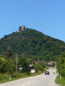 P1160727-- pohľad na hrad Slanec z dediny